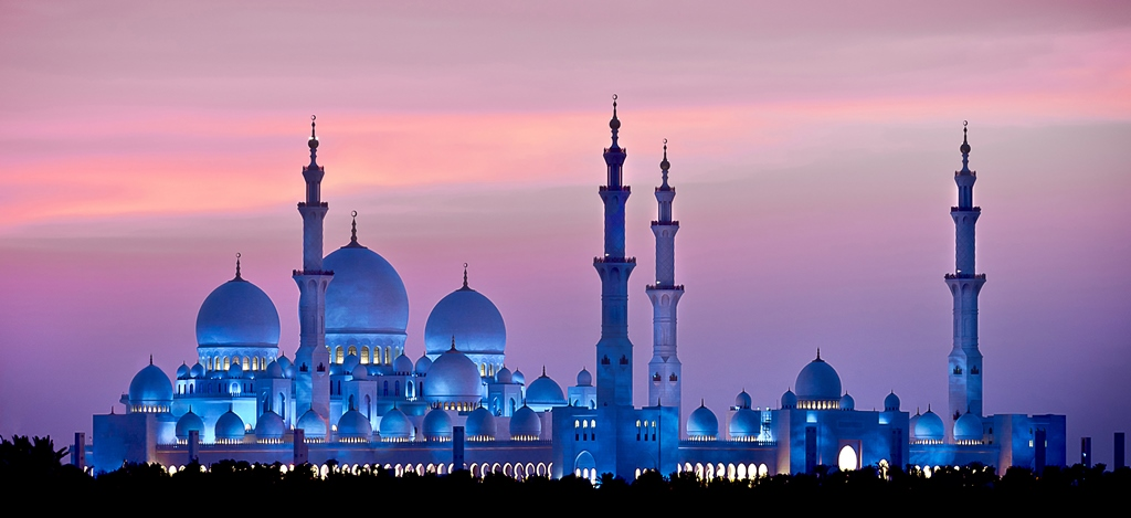 Sheikh Zayed Grand Mosque in Abu Dhabi at night